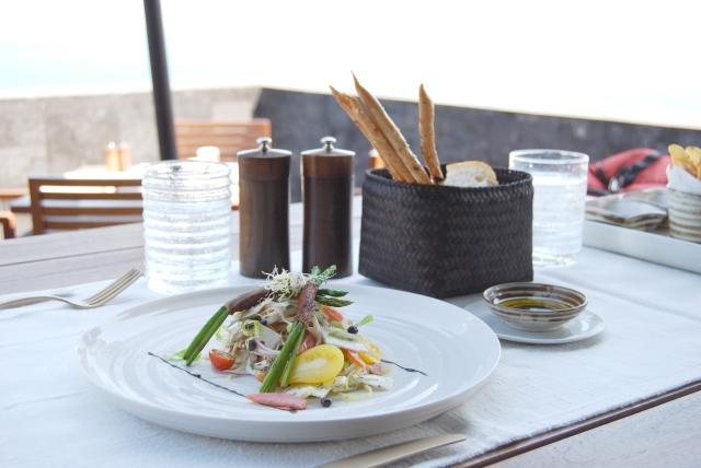 あなたの外食の店選び、味以外で何がポイントとなりますか?